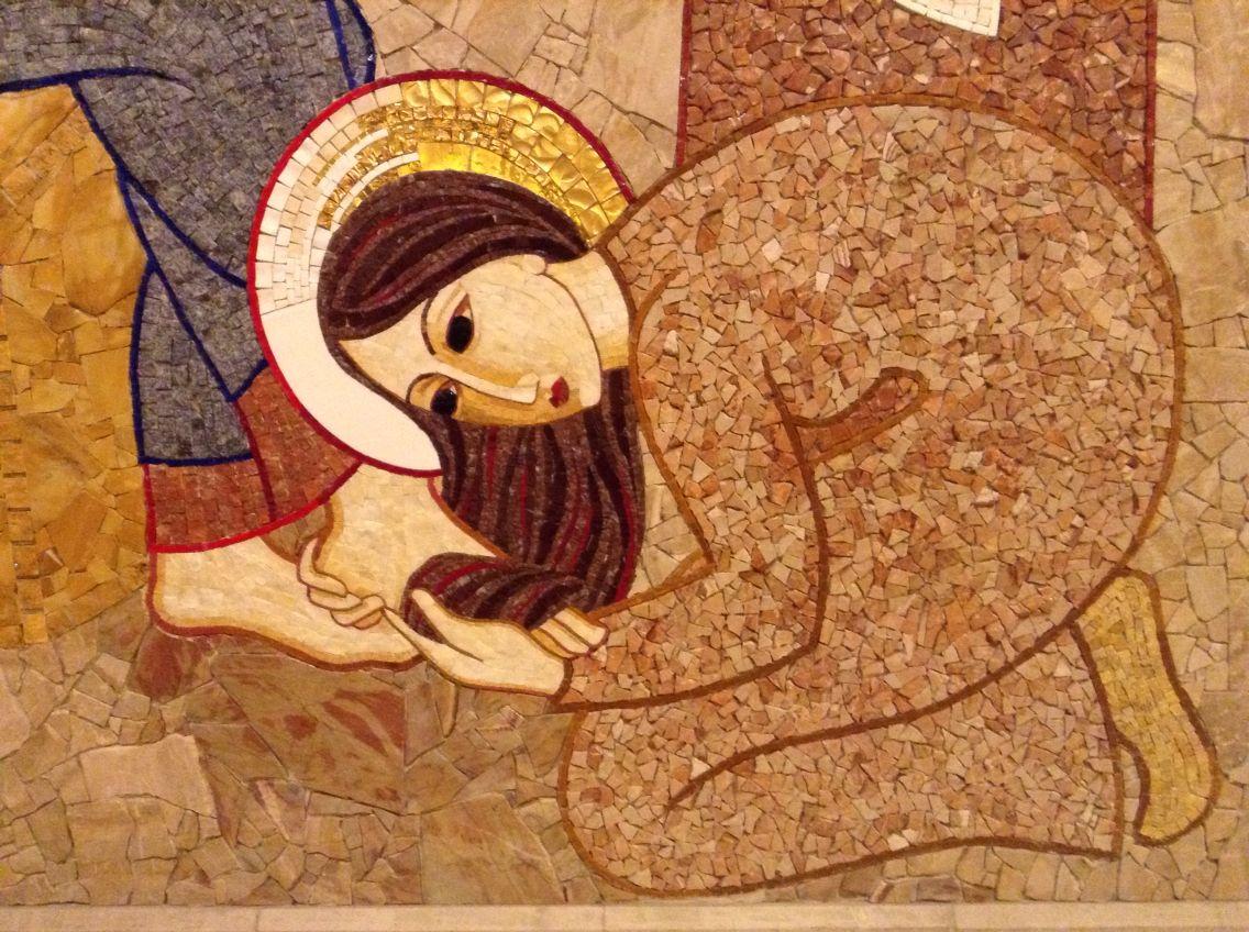 """Oración del lunes: """"María, tomando una libra de perfume de nardo puro, de mucho precio, ungió con él los pies de Jesús y los secó con sus cabellos"""""""