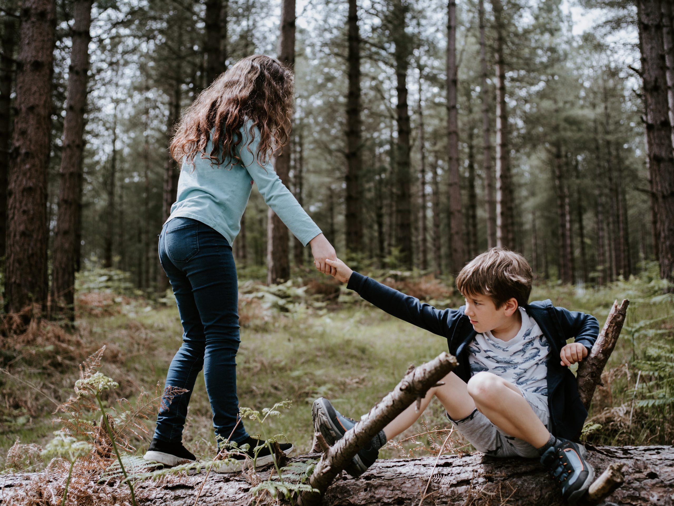 Hermano ayudar dar la mano